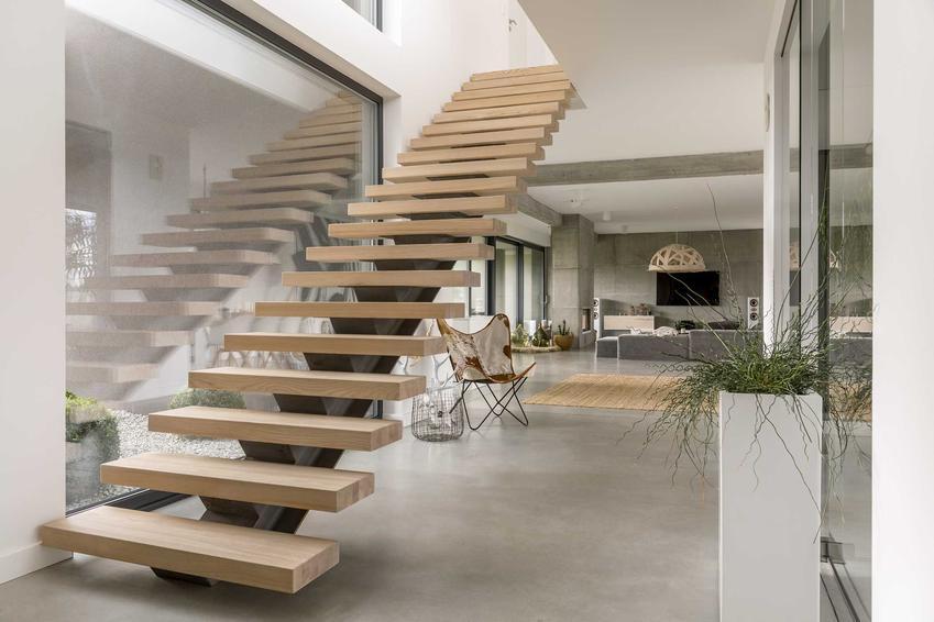 Jesionowe schody drewniane to niezwykle designerskie rozwiązanie. Są trwałe i wytrzymałe i ładnie się prezentują.