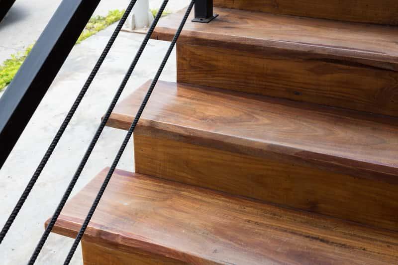 Schody drewniane mogą zostać zrobione z różnych materiałów: buk, dąb lub jesion. Schody dębowe prezentują się najlepiej.