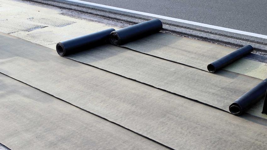 Papa bitumiczna termozgrzewalna to dobre rozwiązania na płaski dach. Ma bardzo wiele zalet, jedną z nich są dość niskie ceny.