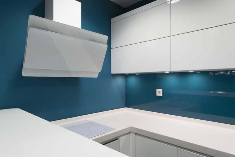 Szkło hartowe w kuchni, a także koszt szkła hartowanego krok po kroku, zastosowanie, montaż, instalacja i rodzaje