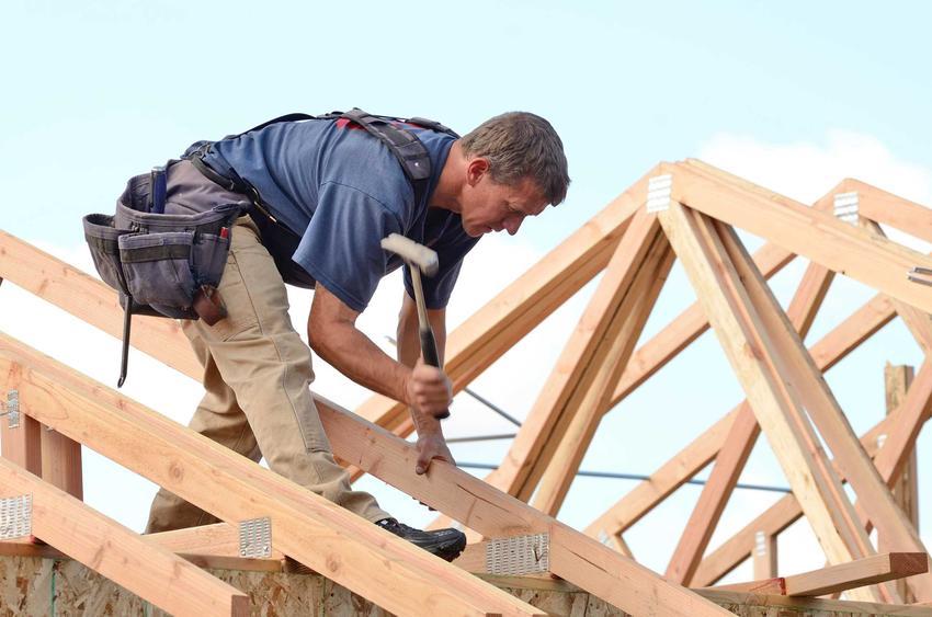 Budowa dachu to jeden z ostatnich etapów budowy domu. Dzięki temu budowa jest zakończona na stanie surowym otwartym.