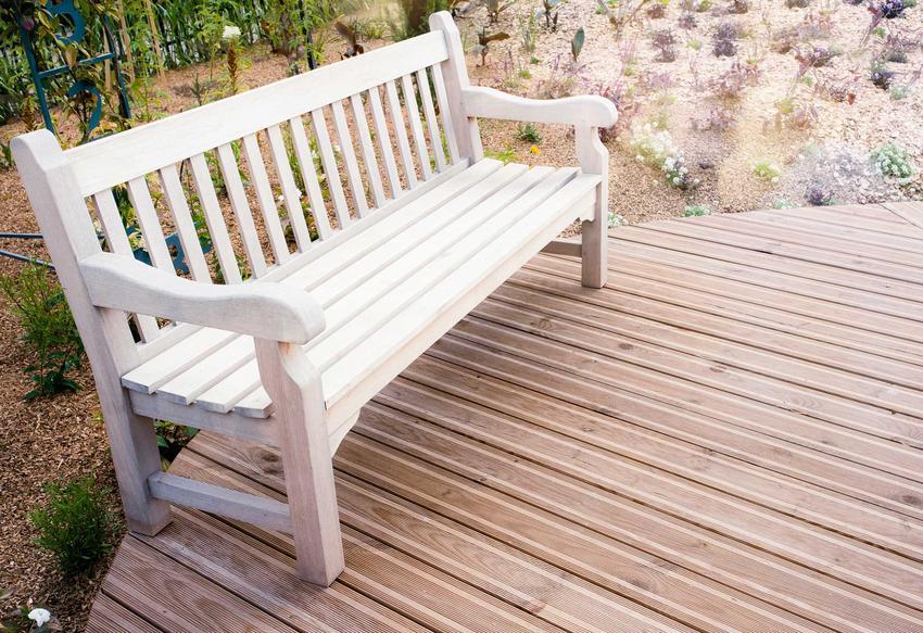 Ławka z drewna świetnie sprawdza się na taras czy do ogrodu. Jest to dobre rozwiązanie, ponieważ drewno, jako naturalny materiał, ładnie wygląda na zewnątrz.