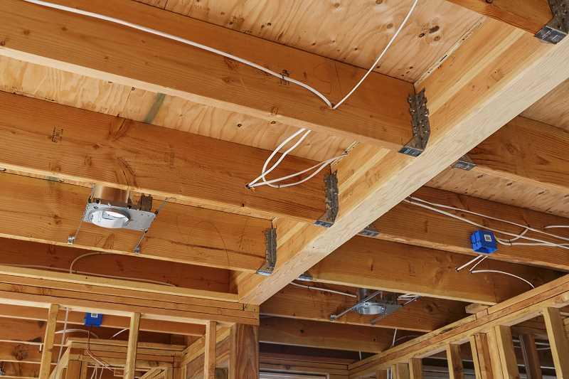 Drewniane belki stropowe w domu, a także rodzaje belek stropowych, porównanie, ceny oraz najlepsze rodzaje i zastosowanie