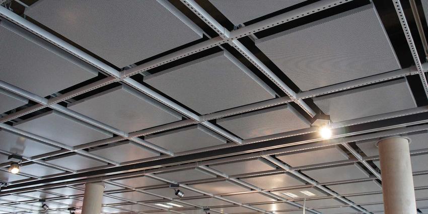 Nowoczesny strop panelowy to świetne rozwiązanie do bardzo wielu pomieszczeń. Często wykorzystuje się go w nowoczesnych budynkach biurowych.