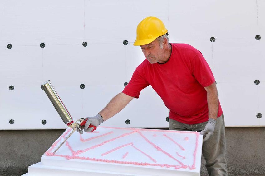 Klej do styropianu wykorzystuje się zarówno do ocieplania nowych, jak i starszych budynków. Zużycie kleju jest zależne od wielu czynników, ale to najczęściej parametr producencki.
