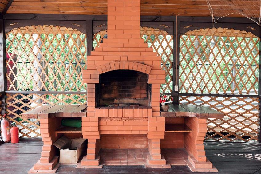 Murowany grill ogrodowy z czerwonej cegły, a także wybór grilla z cegły, kamienia lub klinkieru do ogrodu przy domu jednorodzinnym
