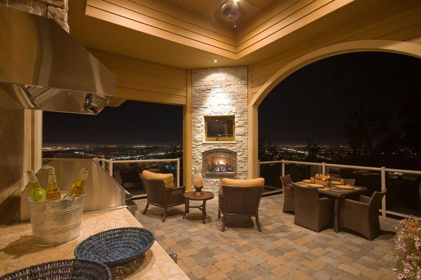 Najlepsze projekty grillów murowanych mają świetną jakość. Bardzo często są połączone z wędzarnią.