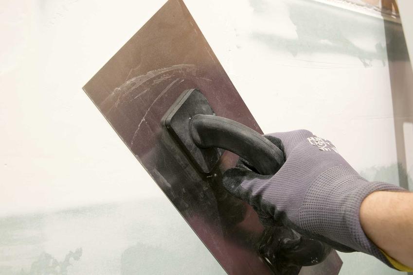 Nakładanie gładzi gipsowej szpachlą nie jest trudne. Można zrobić to samodzielnie, poniewaz nie wymaga to większego doświadczenia.