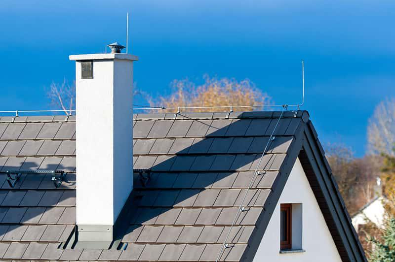 Instalacja odgromowa na dachu domu jednorodzinnego, a także informacje, jak prawidłowo zamontować instalację odgromową