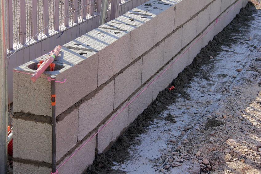 Mur z bloczków betonowych czyli pustaków Protherm  to tańsza alternatywa dla cegieł. To tani i lekki materiał budowlany
