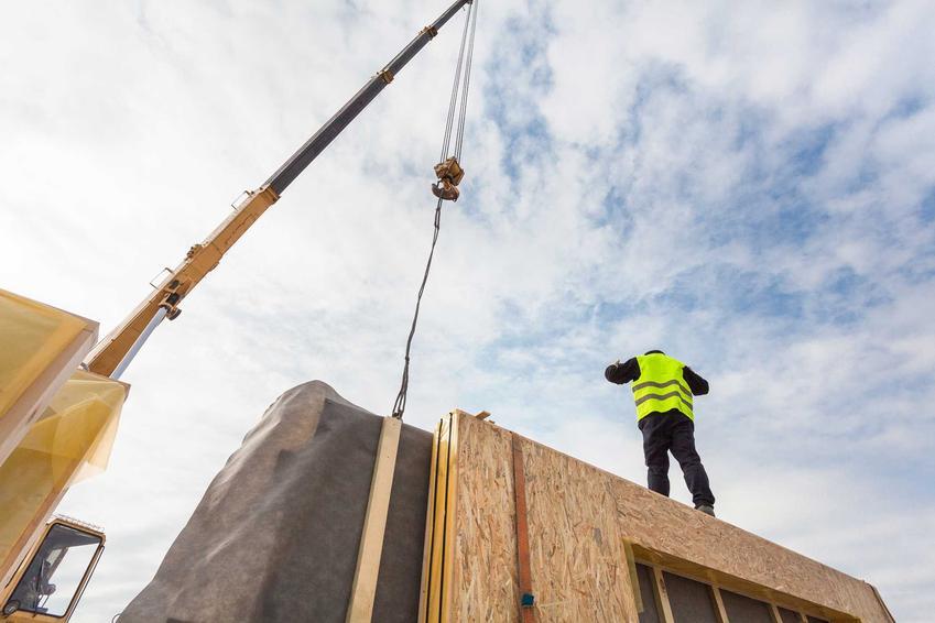 Dom z paneli SIP jest łatwy do wybudowania, a jednocześnie jest to świetna izolacja cieplna, dobra wytrzymałość na warunki zewnętrzne, a także znaczna energooszcędność domu