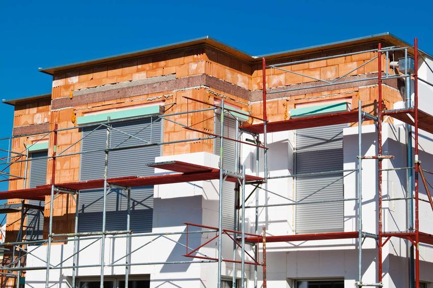 Docieplenia budynków, zwłaszcza starego domu, to bardzo wysoki koszt. Należy jednak je zrobić, by koszty ogrzewania na bieżąco były znacznie niższe