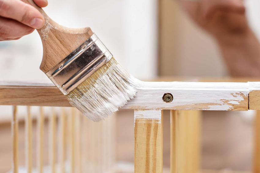 Malowanie łóżeczka dla dziecka na biało, a także najpopularniejsze kolory farb idealne do mebli drewnianych, rodzaje i producenci