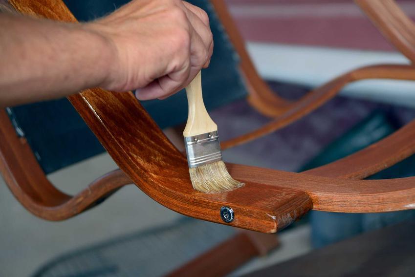 Odnawianie mebli drewnianych to dość skomplikowany proces, można jednak zrobic to samodzielnie krok po kroku: bejcowanie, lakierowanie, ścieranie starej farby czy szlifowanie.