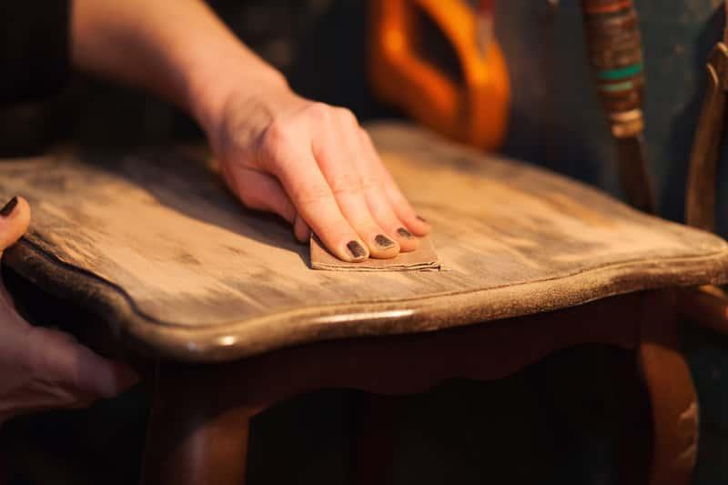 Odnawianie starego krzesła za pomocą papieru ściernego, a także odnawianie mebli krok po kroku, czyli najważniejsze informacje, jak samodzielnie odnawiać meble