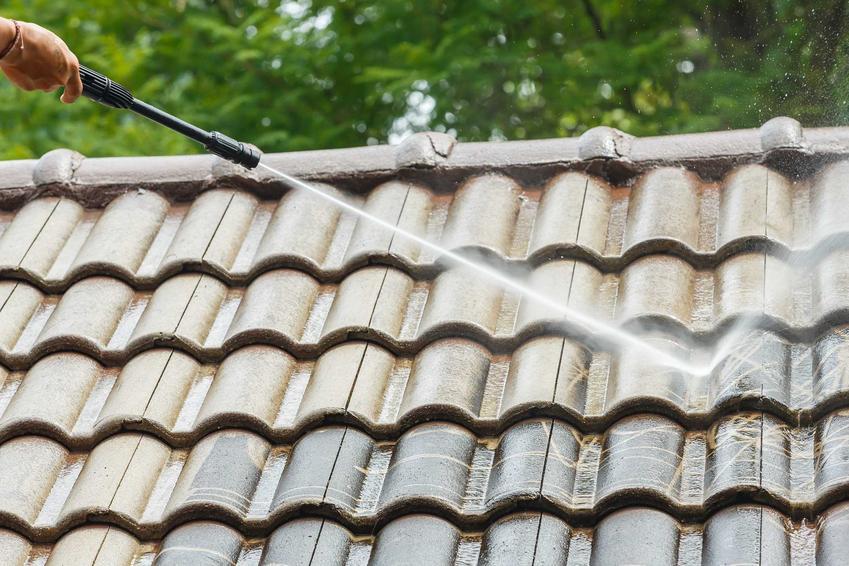 Cena mycia dachów jest uzależniona od rodzaju pokrycia, a także od zakresu usługi. Mycie dachów może być połączone z odgrzybianiem i zastosowaniem preparatu.