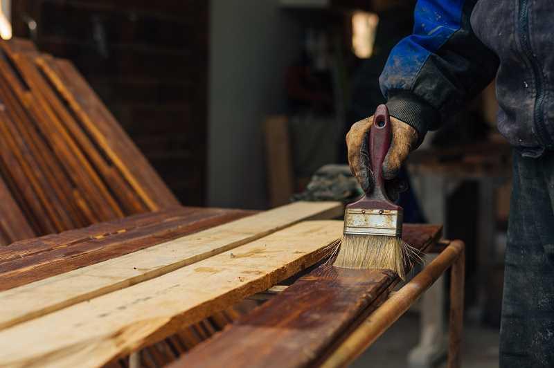 Odnowiony mebel - antyk, pomalowany i poddany renowacji kredens w stylu klasycznym z jasnego drewna