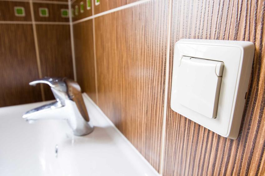 Instalacja elektryczna w łazience musi być zrobiona precyzyjnie i zabezpieczona przed działaniem wilgoci. Rozmieszczenie punktów jest związanie z funkcjonalnością
