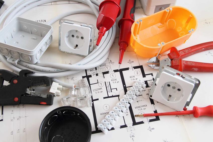 Schemat instalacji elektrycznej z nierównomiernym rozłożeniem faz to bardzo częsty błąd. Zasilanie trójfazowe jest konieczne przy niektórych sprzętach, zwłaszcza kuchennych