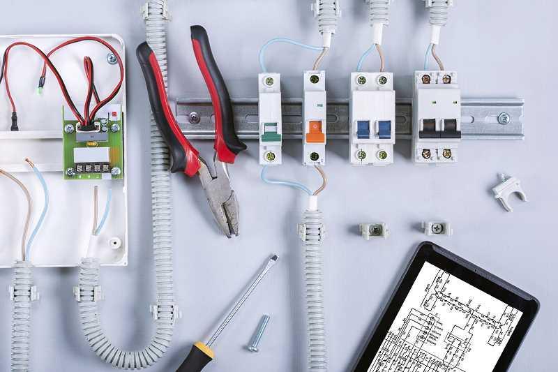 Schemat instalacji elektrycznej można zaprojektować samodzielnie, wybierając miejsca, gdzie mają pojawić się punkty.