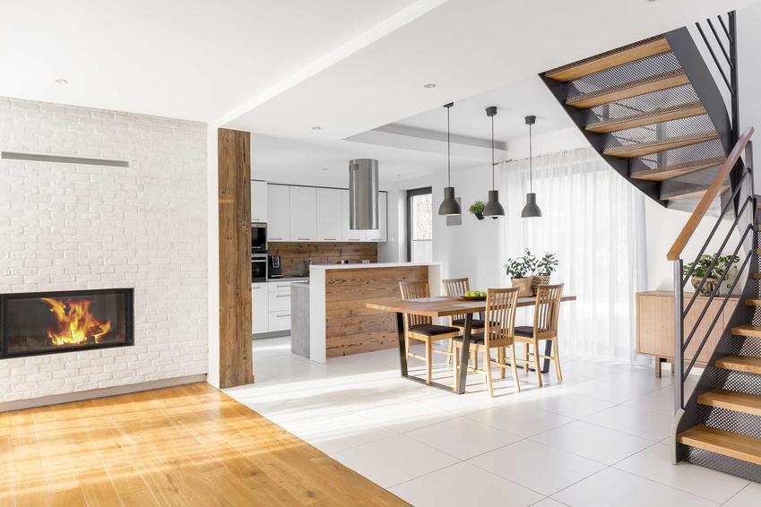 Łączenie paneli i płytek wykonuje się bardzo często w miejscach, gdzie kuchnia jest otwarta na salon. Może to wyglądać bardzo estetycznie