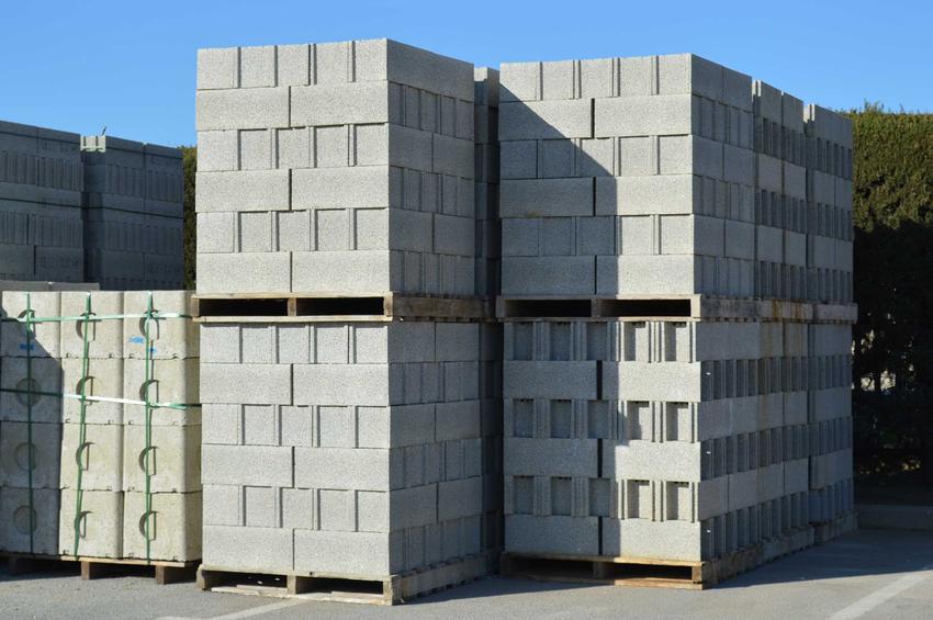 Silikaty mają bardzo podobne właściwości jak beton komórkowy. Są bardzo trwałe i zabezpieczają przed nadmierną wilgocią.