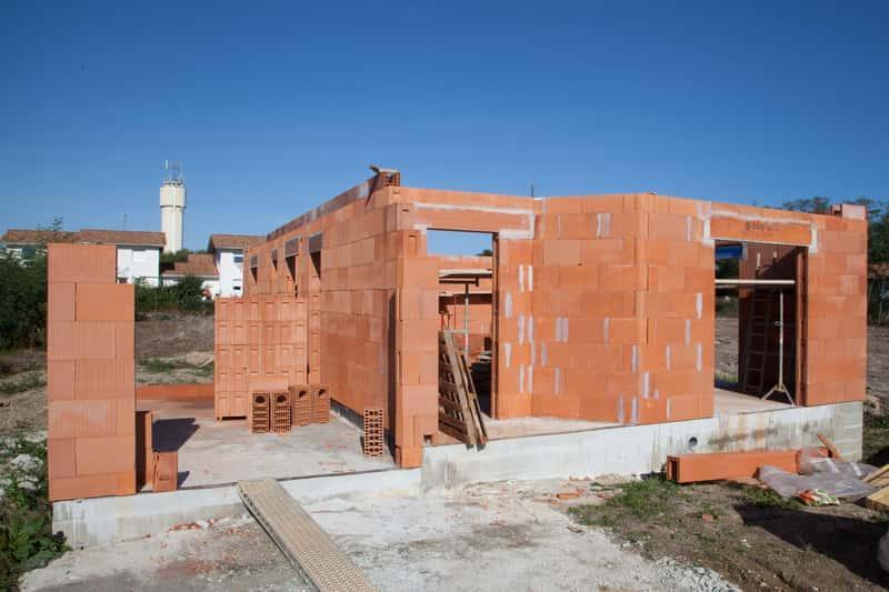 Z czego budować dom? Niektóre materiały sprawdzają się lepiej niż inne, ponieważ są lepiej zaizolowane.