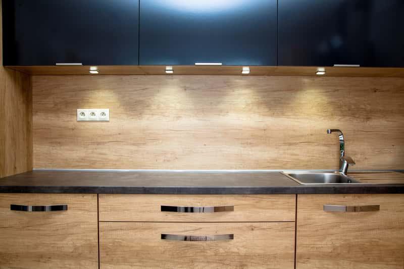 Uchwyty do mebli kuchennych w nowoczesnej kuchni z drewnianymi blatami, a także jakie uchwyty do mebli kuchennych wybrać