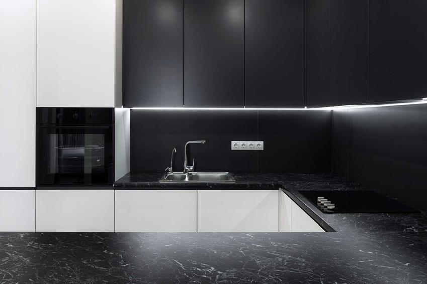 Ciemne fronty do szafek kuchennych w nowoczesnej kuchni w minimalistycznym stylu, a także jakie fronty do mebli kuchennych wybrać