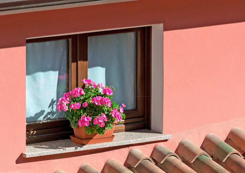 Parapety zewnętrzne okienne z klinkieru, konglomeratu lub kamienia naturalnego bardzo ładnie się prezentują w domach jednorodzinnych. Są bardzo trwałe