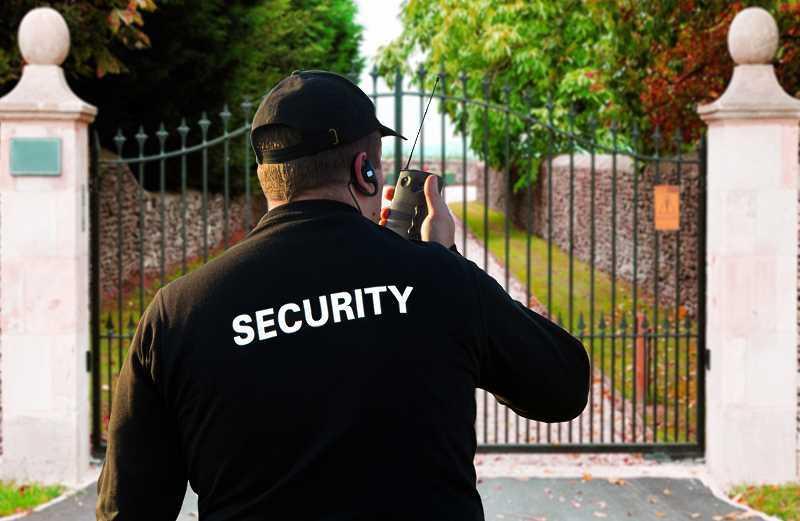 Cennik firm ochroniarskich może być różny w różnych miastach. Firmy mają inne ceny, które są na różnych wysokosciach.