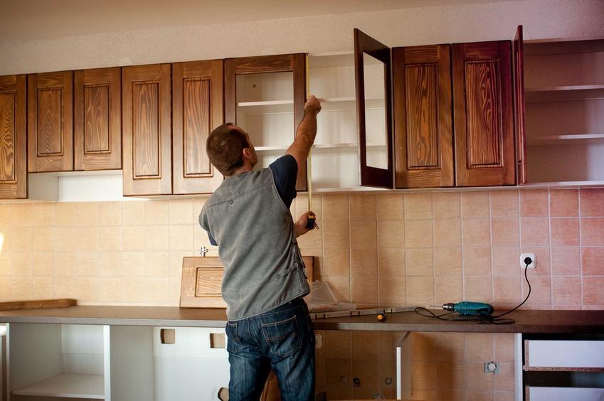 Standardowe wymiary szafek kuchennych określają wysokość, głębokość, a także odległość między poszczególnymi miejscami w kuchni. Warto to jednak dopasować indywidualnie, na przykład do swojego wzrostu.