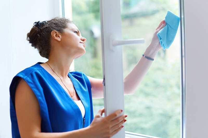 Cennik mycia okien w dużych miastach jest wyższy niż w mniejszych. Warto sprawdzić cennik przed zaangażowaniem kogoś do mycia okien.
