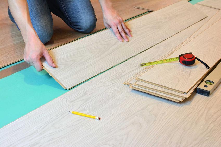 Montaż paneli podłogowych bez kleju w kuchni jest świetnym rozwiązaniem. Montaż paneli powinien być bardzo staranny, żeby między deskami nie było wolnych przestrzeni