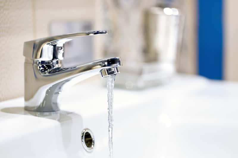 Woda ciepła użytkowa lecąca z kranu, a także cyrkulacja ciepłej wody użytkowej krok po kroku, czyli obieg wody w instalacji