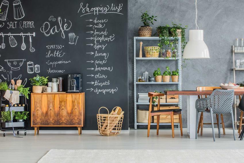Farba tablicowa i tablicowo magnetyczna to świetne rozwiązanie do wszystkich pomieszczeń. Przydaje się zarówno w pokoju dzieciaków, jak i w kuchni czy salonie.