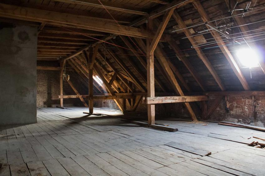 Strych wyłączony z użytku przed ocieplaniem, zbudowany w całości z drwna z przeświatami okiennymi
