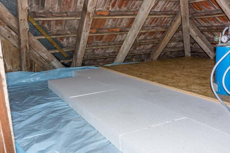Ocieplanie stropu czasami jest koniecznością, żeby dom był dobrze zaizolowany i lepiej ocieplony. To rozwiązanie zarówno do starych, jak i nowych bydynków.