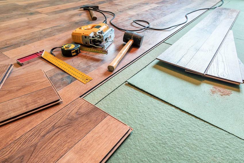 Mata pod panele podłogowe to nie tylko element konstuckji, służy także wyciszeniu podłogi, może także dodatkowo ocieplać.