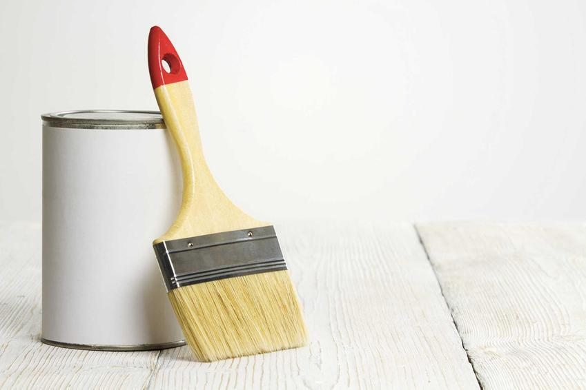 Biała farba do drewna akrylowa w wersji półmatowej nadaje się do zastosowania na różnych drewnianych meblach. Jest odporna na uszkodzenia mechaniczne.