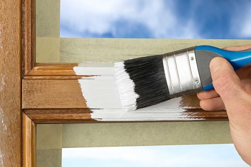 Farba wodna świetnie nadaje się do drewna. Można zastosować ją na meblach, okiennicach i innych elementach drewnianych różnego rodzaju. Jest trwała i zbiera dobre opinie.