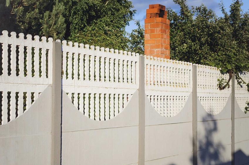 Ogrodzenie betonowe z prefabrykatów jest najłatwiejsze do zainstalowania. Może być bardzo ozdobne, na dodatek cena ogrodzeń betonowych jest niezwykle atrakcyjna, dlatego są tak popularne.