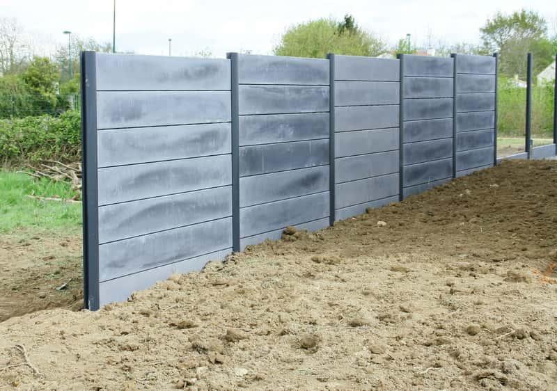 Ogrodzenia betonowe to łatwe i dość atrakcyjne rozwiązanie. Koszt ogrodzenia betonowego nie jest wysoki.
