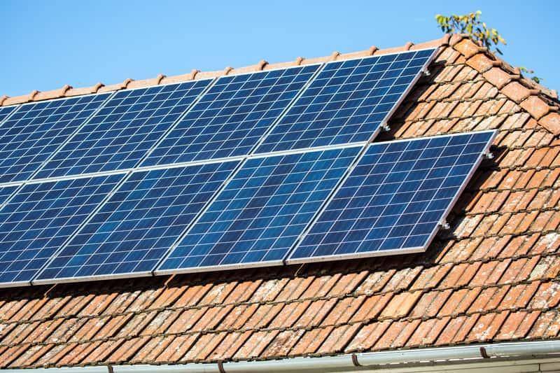 Panele fotowoltaiczne są ekologiczne i stosunkowo wydajne. Poznaj ich ceny i koszt montażu na dachu.