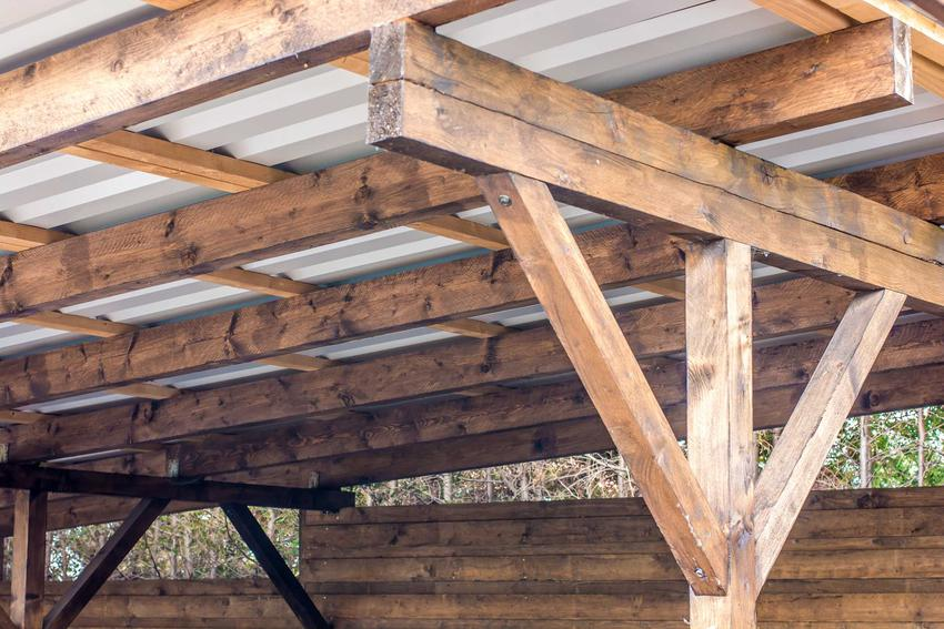 Budowa witryny garażowej polega na postawieniu najpierw drewnianej konstrukcji, na którą nadbudowuje się daszek.