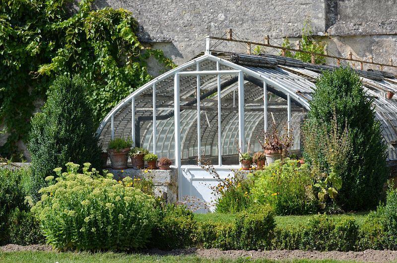 Ogród zimowy powinien być zlokalizowany w miejscu osłoniętym od wiatru. Może łączyć się z domem, powinien znajdować się także stosunkowo blisko wejścia