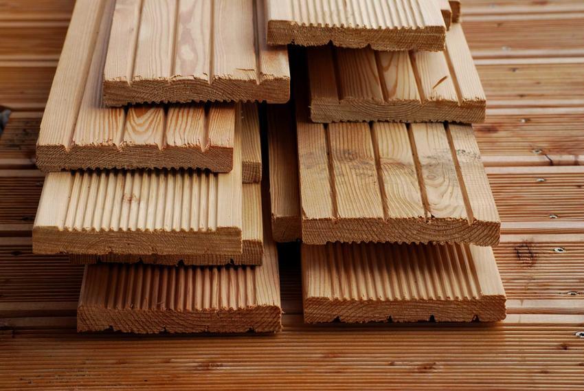 Deska kompozytowa to świetny sposób na ograniczenie kosztów tarasów drewnianych. Dobrze sprawdza się także drewno egzotyczne, jednak cena jest znacznie większa.