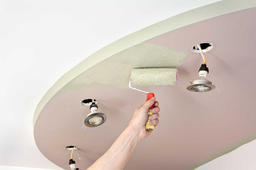 Oświetlenie sufitu podwieszanego można zrobić na kilka sposobów. Najczęściej jednak używane są halogenki lub małe lampki LED.