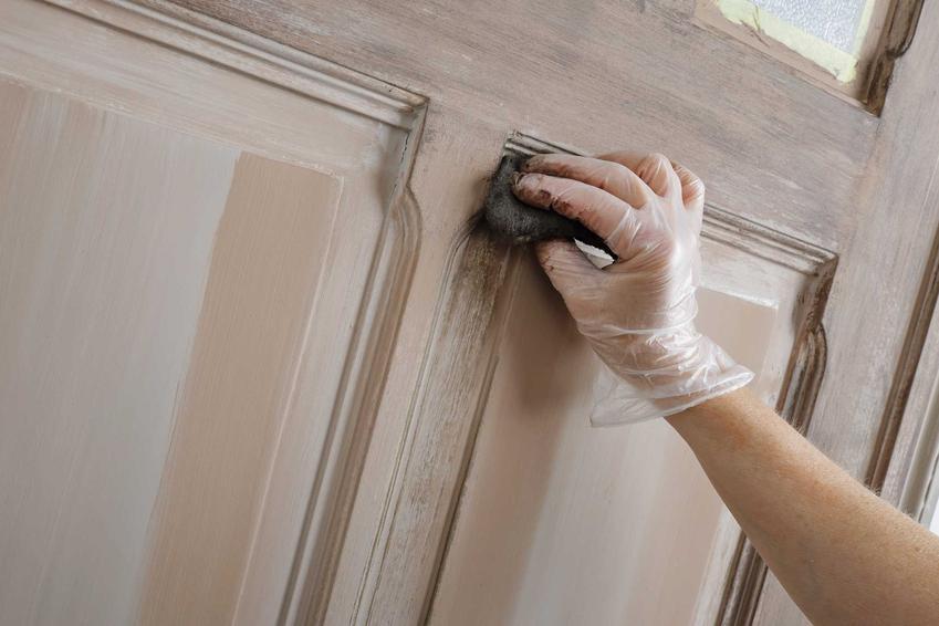 Renowacja drzwi drewnianych przez specjalistów to sposób na uratowanie starych, pięknie rzeźbionych drzwi, które wspaniale wyglądają w domu w stylu klasycznym