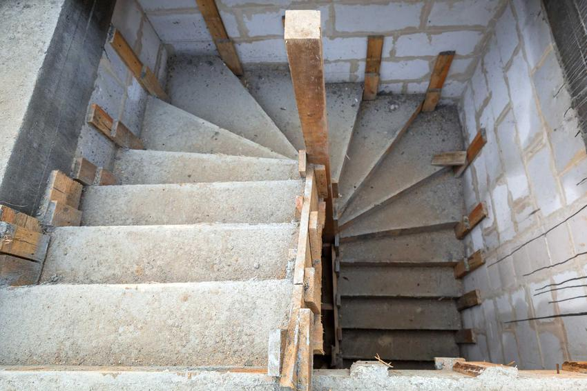 Schody betonowe wewnętrzne powinny być wykonane z betonu wysokiej lub co najmniej średniej klasy, by były trwałe.